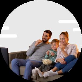 Famille qui regarde la télévision